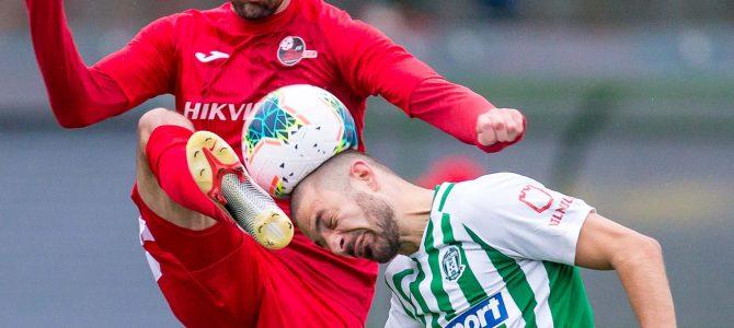 """Geriausioje spalio sporto nuotraukoje –  įspūdinga futbolininkų dvikova """"antrajame aukšte"""""""
