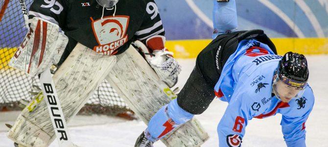 Geriausioje vasario sporto nuotraukoje – linksmas ledo ritulio rungtynių momentas